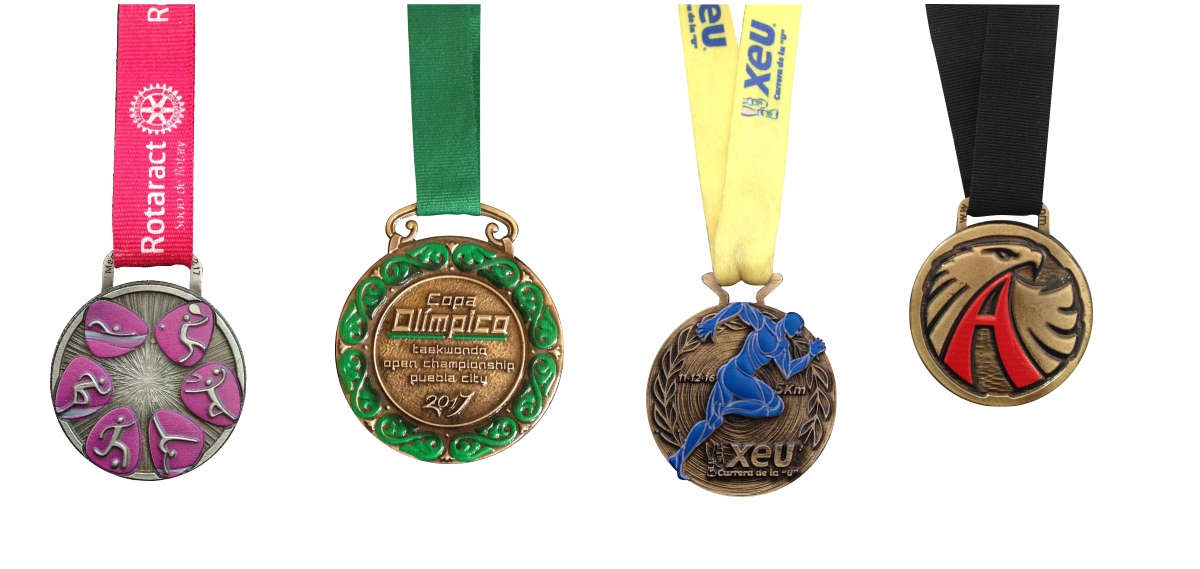 Imagen de varias medallas con superficies en 3d impresas con tampografía. La segunda medalla sobre la copa olímpica de taekwando open championship Puebla 2017 y superficie en tampografía verde. La tercera medalla con superficie en 3d de un corredor del evento de la carrera XEU