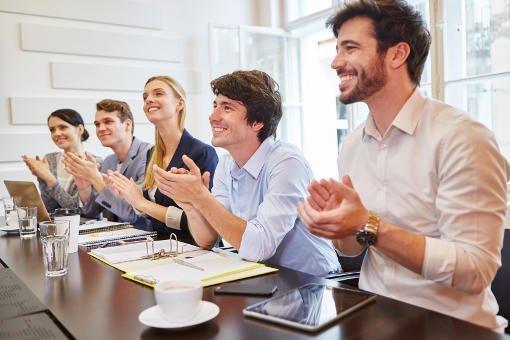 imágen de un equipo de trabajo aplaudiendo reconociendo a un colega