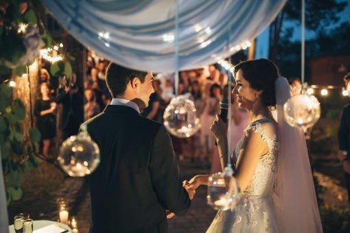 imagen de una boda con una novia y novios hablando frente a sus invitados