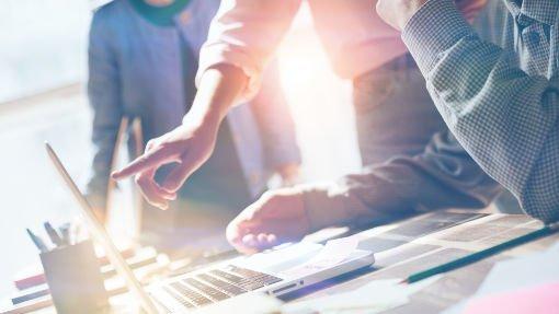 imagen de una empresa creativa frente a una laptop