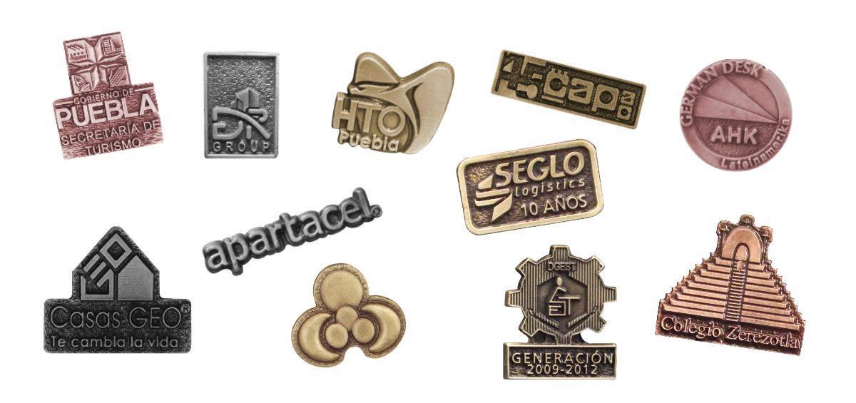 Imagen con varios pines personalizados con logotipos de empresas, colegios e instituciones de gobierno usados como artículos promocionales
